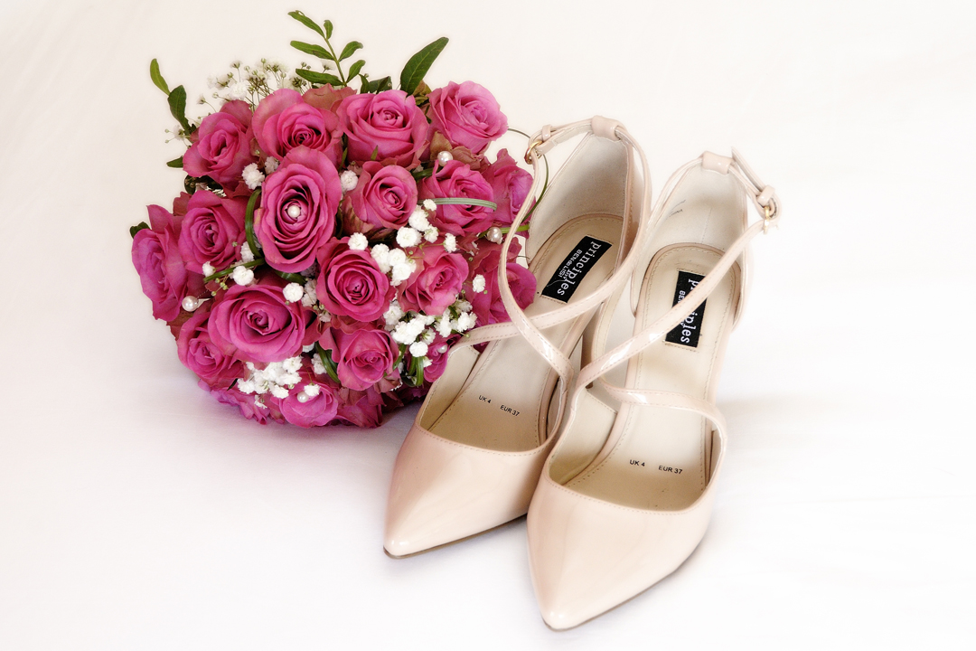 bouquet-wedding-shoes-photography