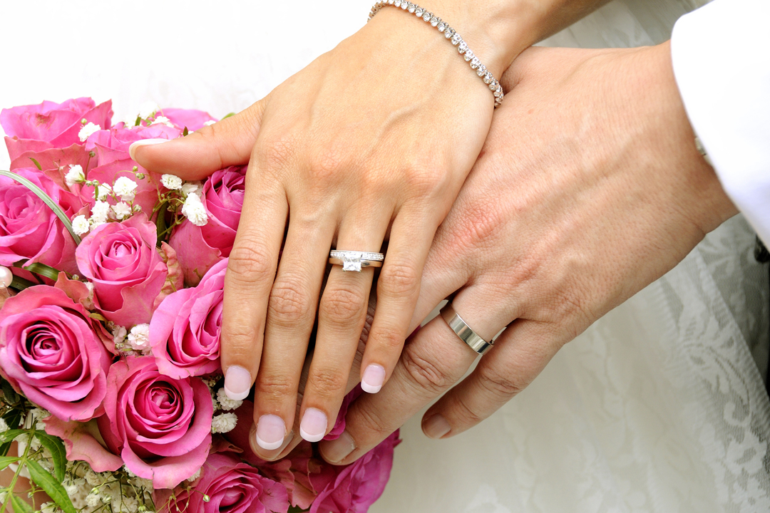 hands-rings-bouquet-wedding-photo