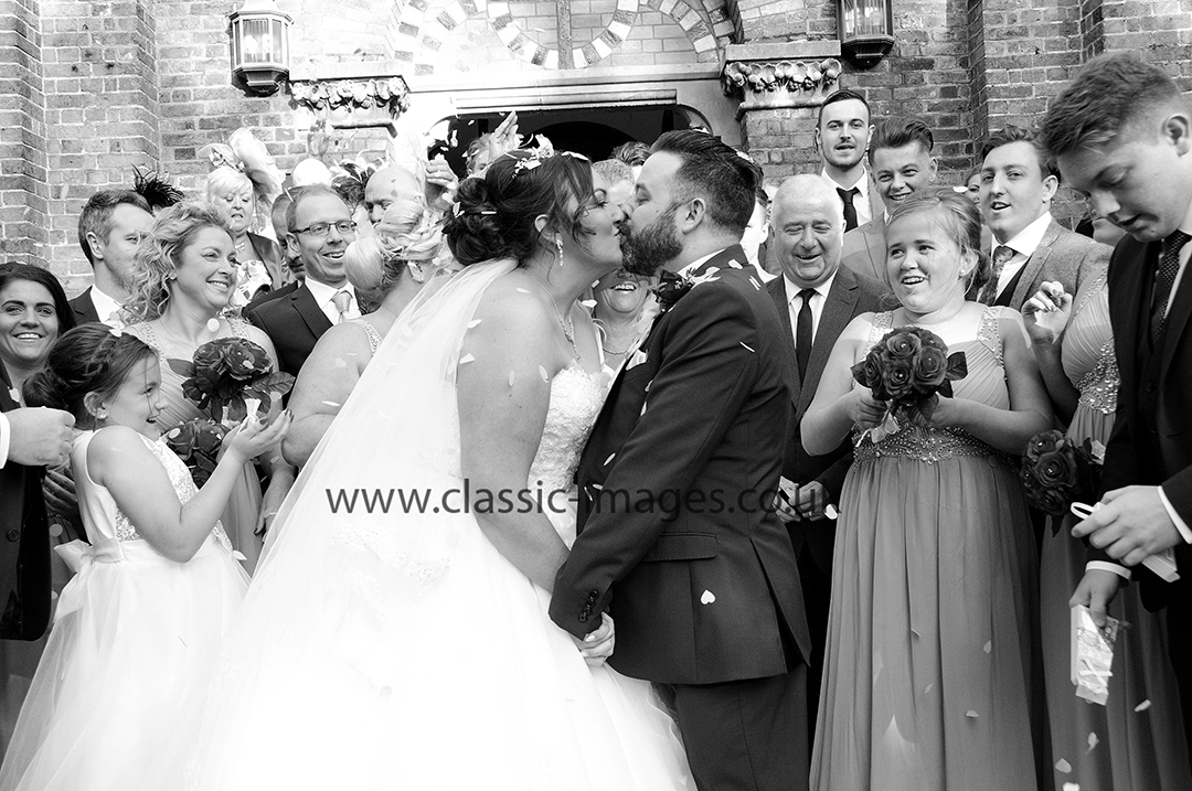 kissing-wedding-photograph-black-and-white