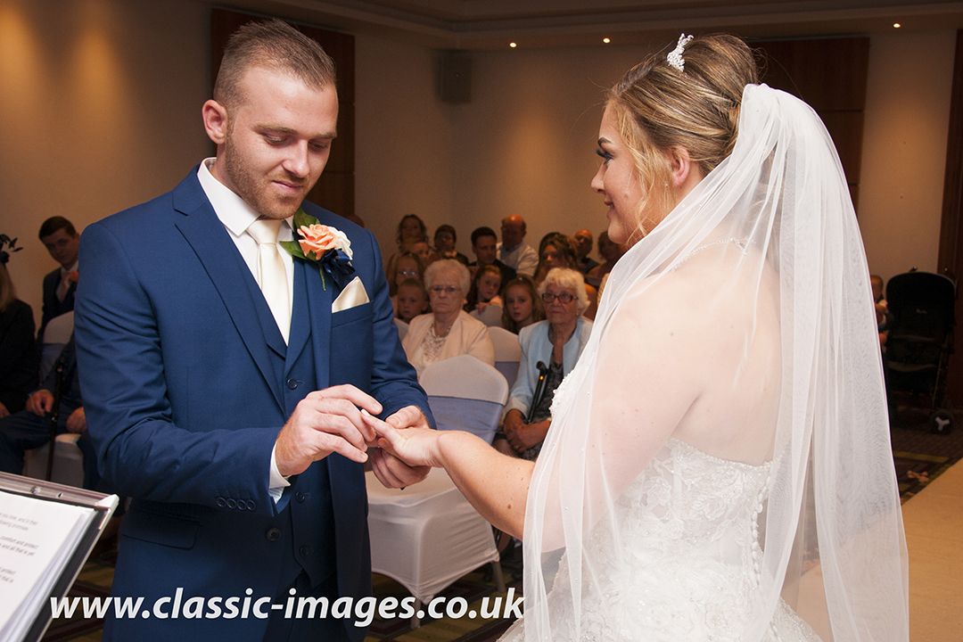 creative-cereomony-wedding-photo-shepperton-holiday-inn